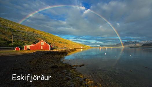 regnbogi við gamla bæjinn